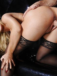 Мачо жарит грудастую блондинку в черных чулках в разных позах