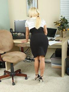 Грудастая блондинка разделась на рабочем месте