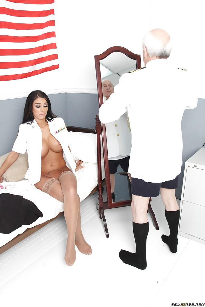Накачанный матрос трахает грудастую капитаншу в каюте 1 фото