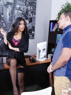 Латинская секретарша удовлетворяет босса в кабинете