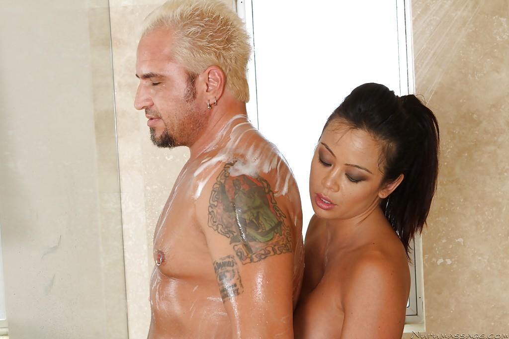 Грудастая азиатка делает мыльный массаж переходящий в секс блондину 9 фото