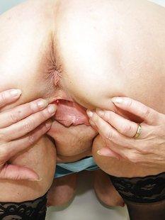 50-летняя докторша мастурбирует на гинекологическом кресле
