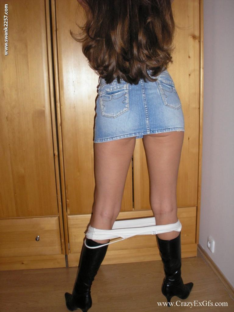 Длинноволосая студентка с натуральными сиськами устроила стриптиз парню дома 5 фото