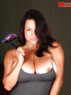 Грудастая порнозвезда Monica Mendez демонстрирует огромные сиськи новому со ...