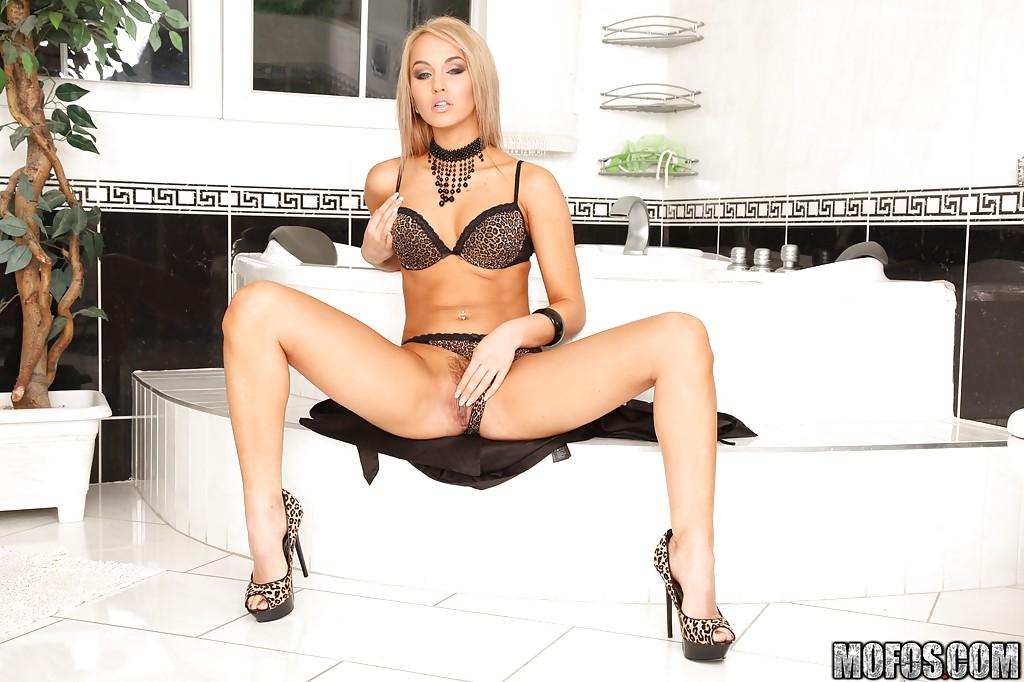 Стройная девушка сексуально раздевается в ванной 6 фото