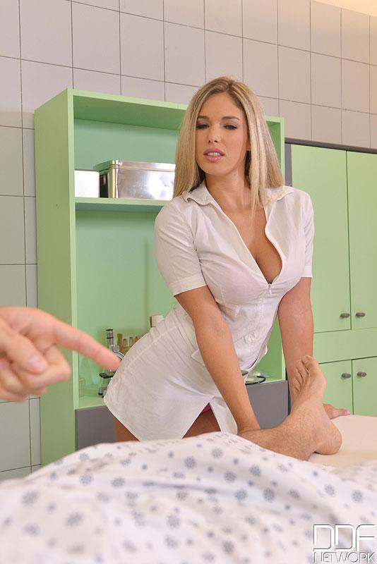 Европейская медсестра устроила секс терапию мужчине 2 фото