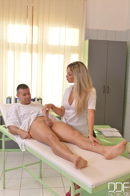 Европейская медсестра устроила секс терапию мужчине 3 фото
