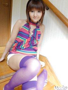 Японская крошка красуется голой на кровати