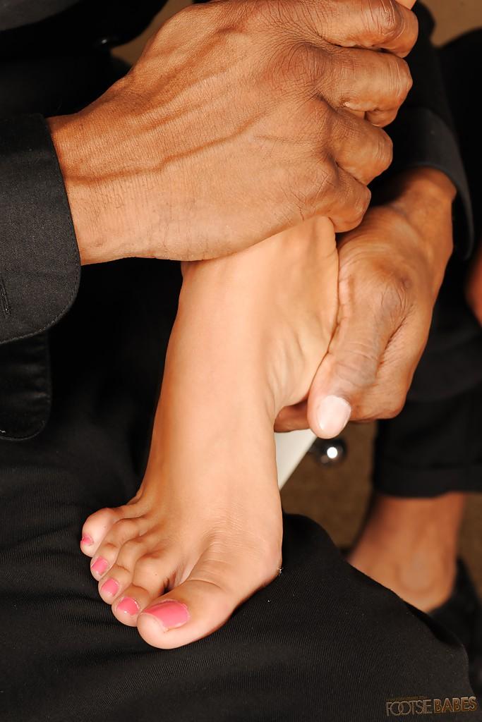 Негр лижет ножки начальницы ради секса с ней 2 фото