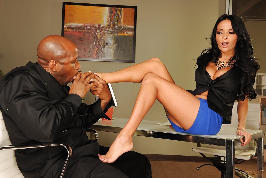 Негр лижет ножки начальницы ради секса с ней 3 фото