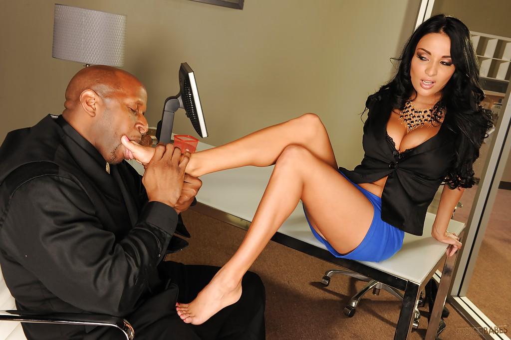 Негр лижет ножки начальницы ради секса с ней 4 фото