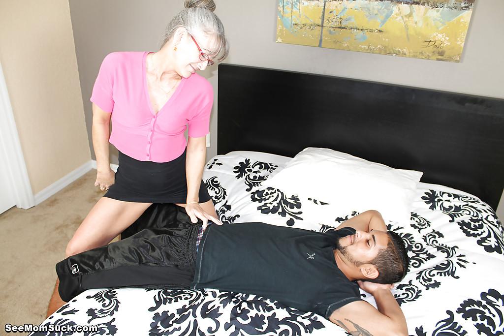 Седоволосая тётка в очках отсасывает парню в спальне 1 фото