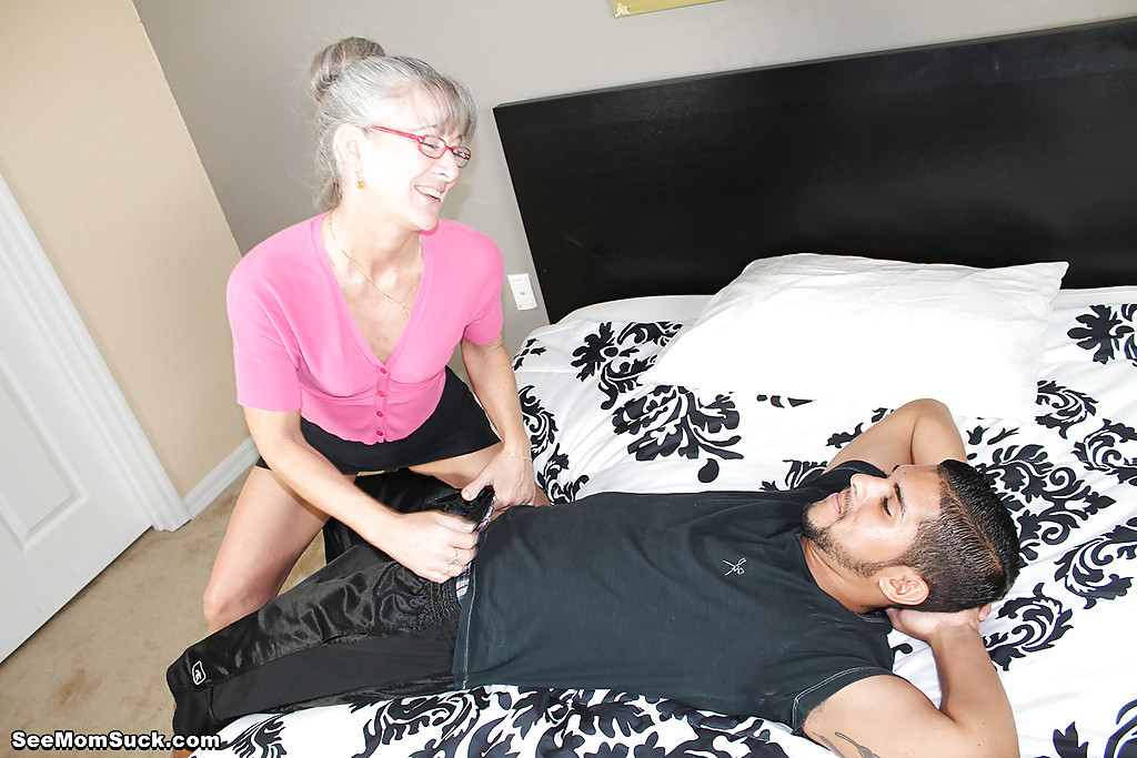 Седоволосая тётка в очках отсасывает парню в спальне 2 фото