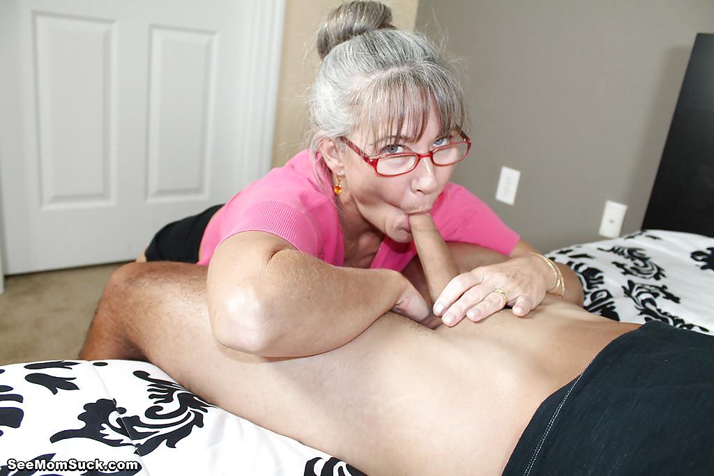 Седоволосая тётка в очках отсасывает парню в спальне 4 фото