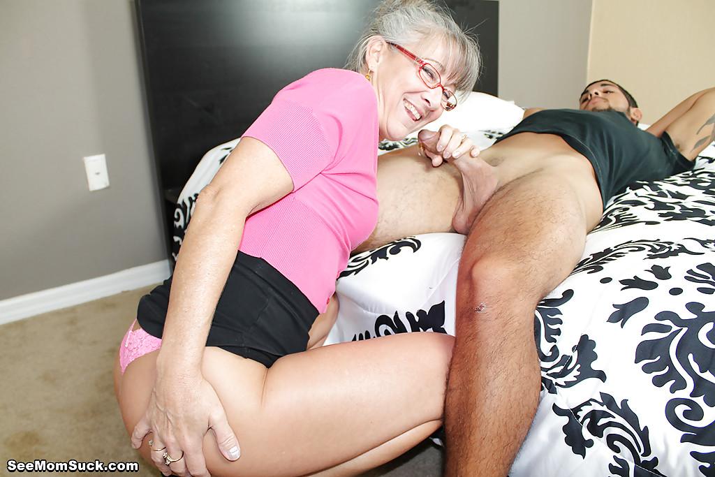 Седоволосая тётка в очках отсасывает парню в спальне 6 фото