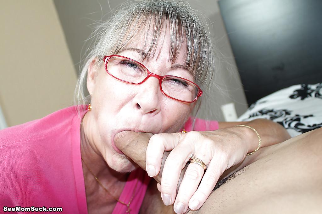 Седоволосая тётка в очках отсасывает парню в спальне 7 фото