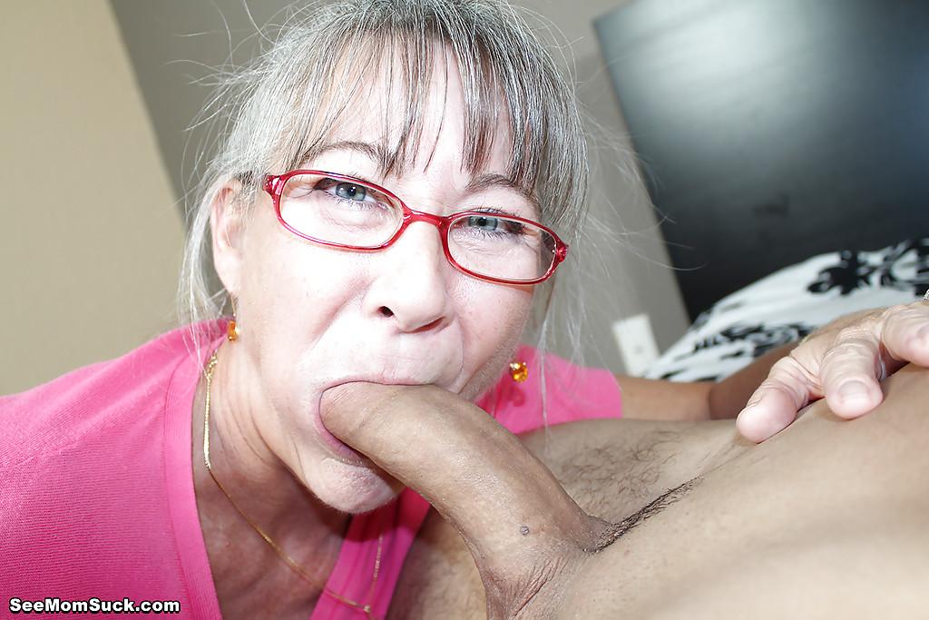 Седоволосая тётка в очках отсасывает парню в спальне 8 фото