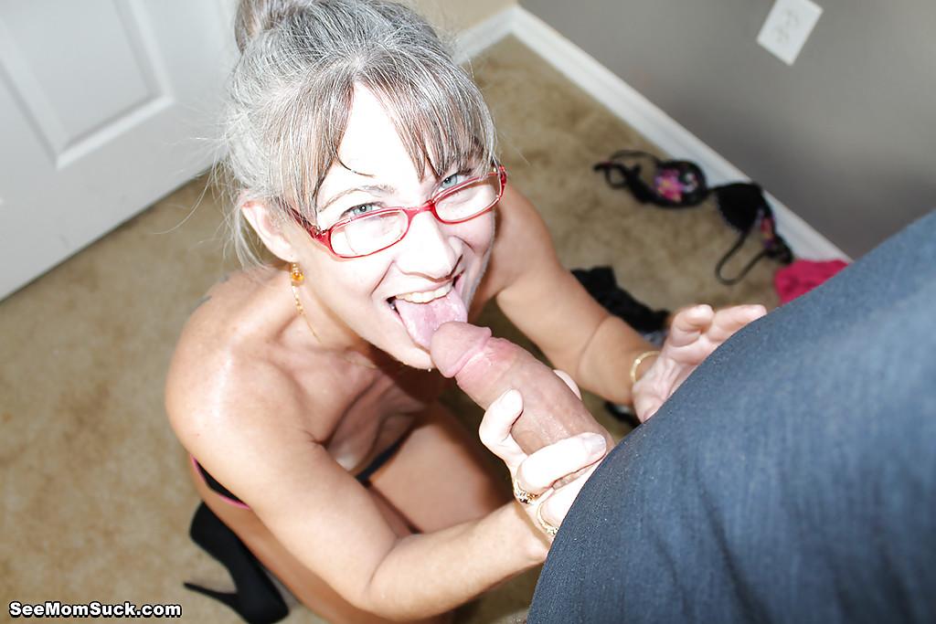 Седоволосая тётка в очках отсасывает парню в спальне 15 фото