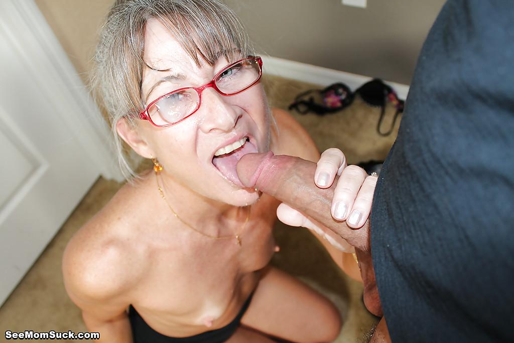 Седоволосая тётка в очках отсасывает парню в спальне 16 фото