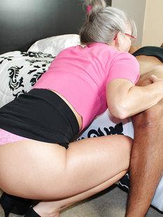 Седоволосая тётка в очках отсасывает парню в спальне
