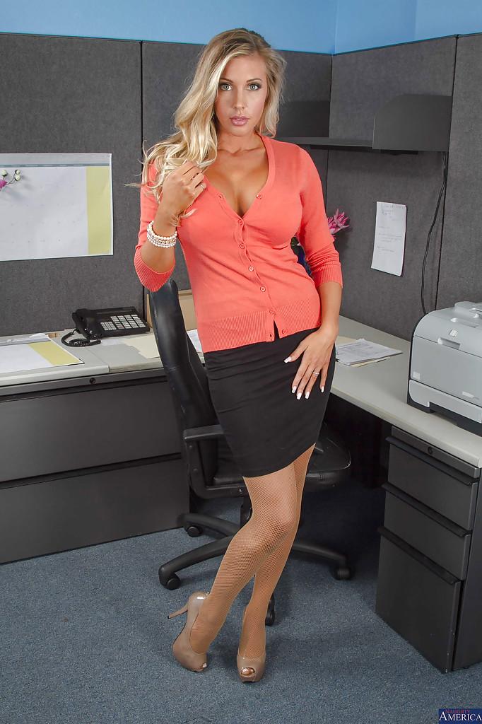 Сисястая секретарша раздевается перед боссом 1 фото