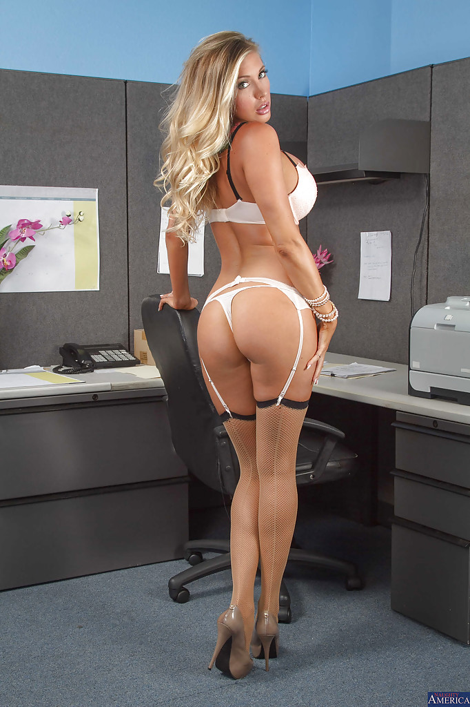 Сисястая секретарша раздевается перед боссом 4 фото