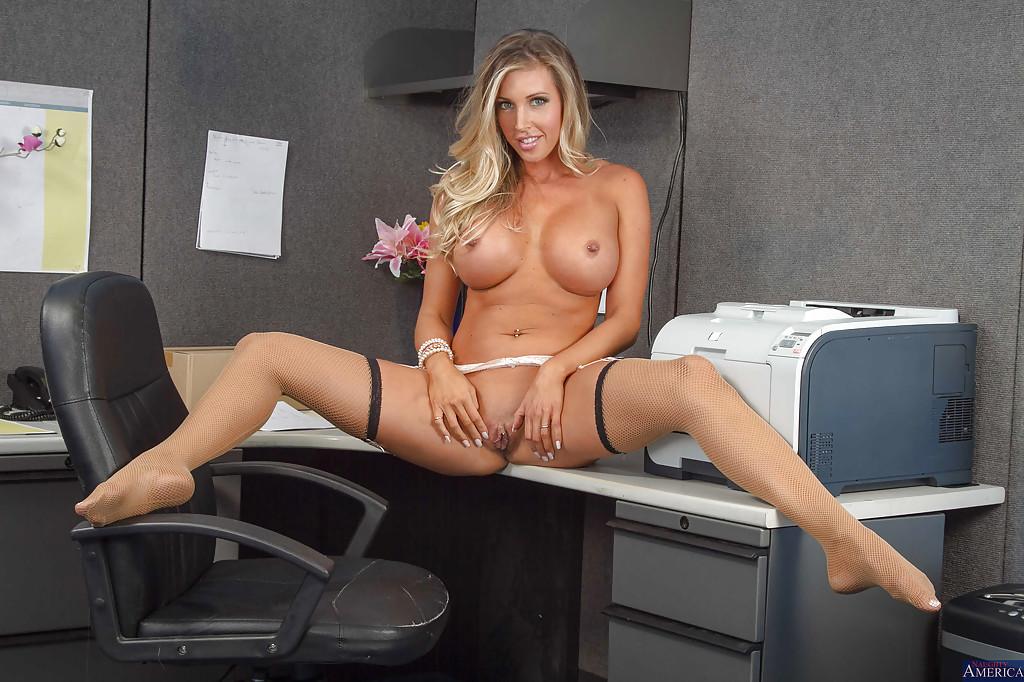 Сисястая секретарша раздевается перед боссом 16 фото