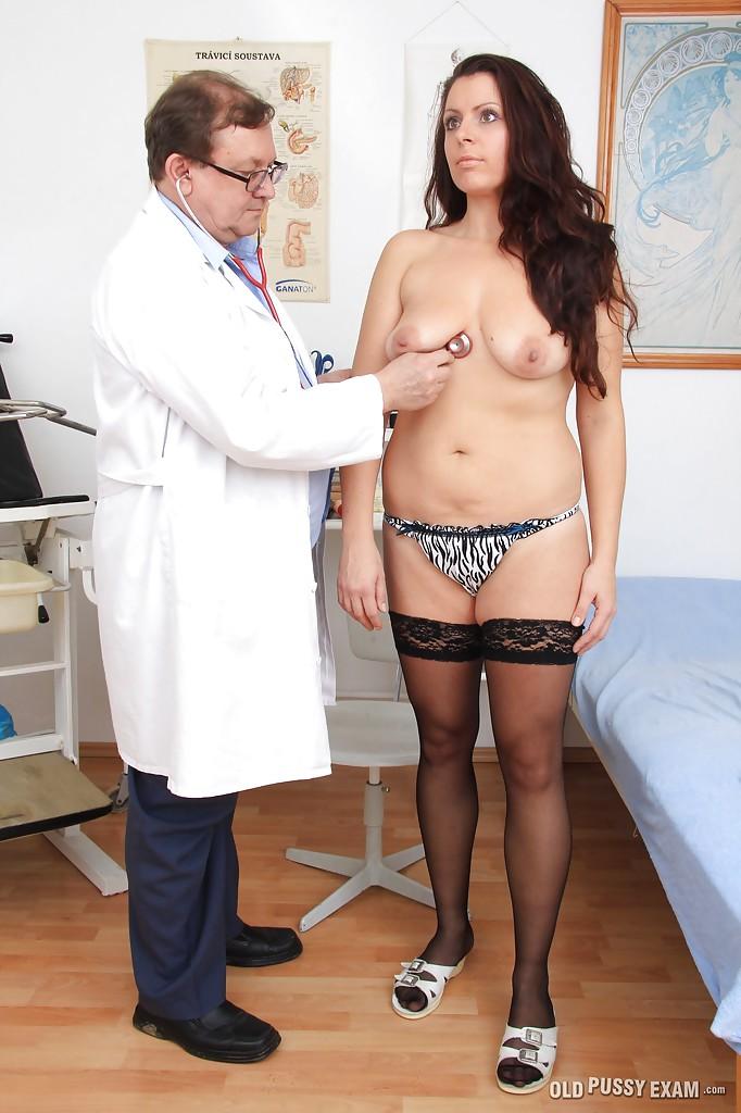 Мамуля в чулках пришла на осмотр к гинекологу 2 фото