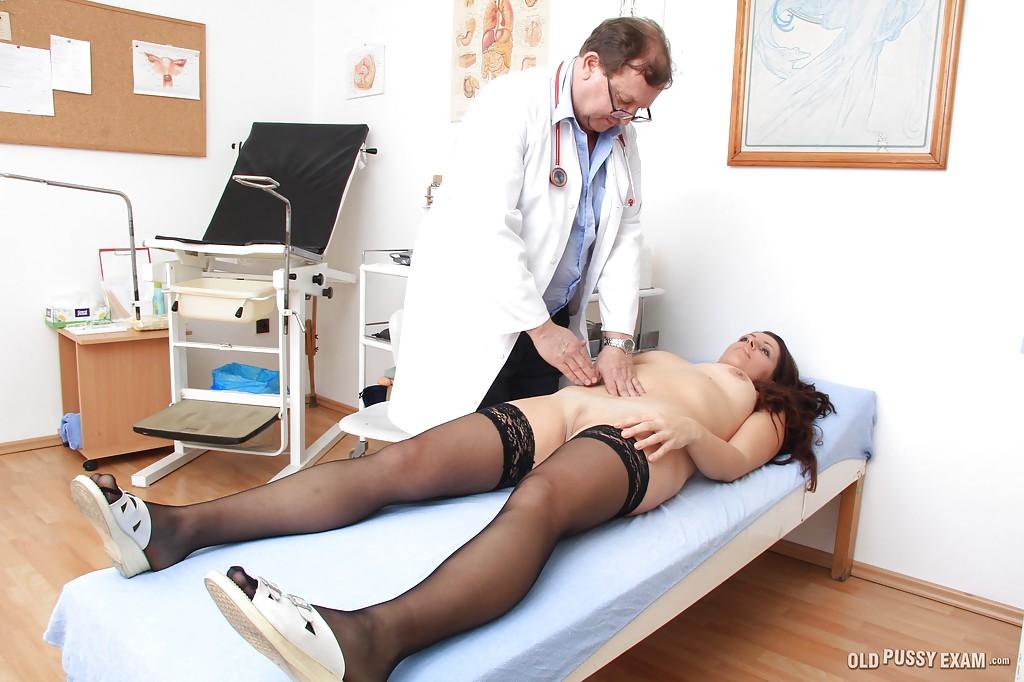Мамуля в чулках пришла на осмотр к гинекологу 3 фото