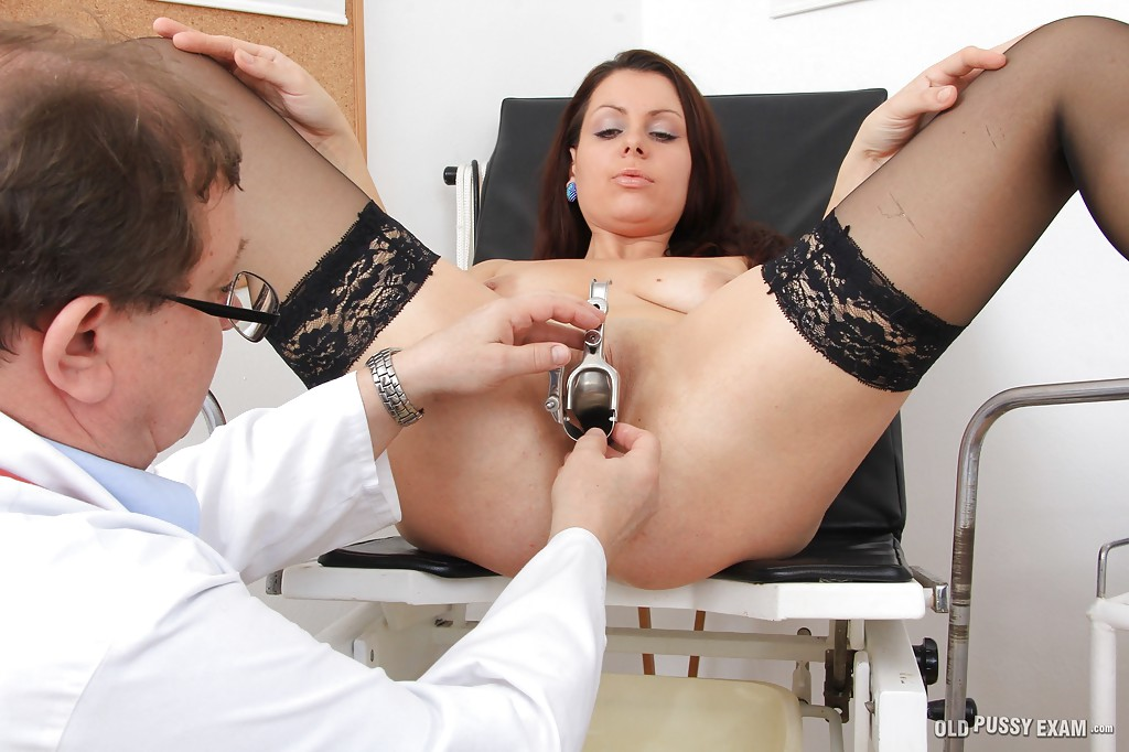 Мамуля в чулках пришла на осмотр к гинекологу 6 фото