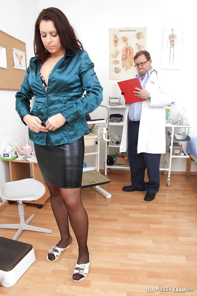 Мамуля в чулках пришла на осмотр к гинекологу 16 фото