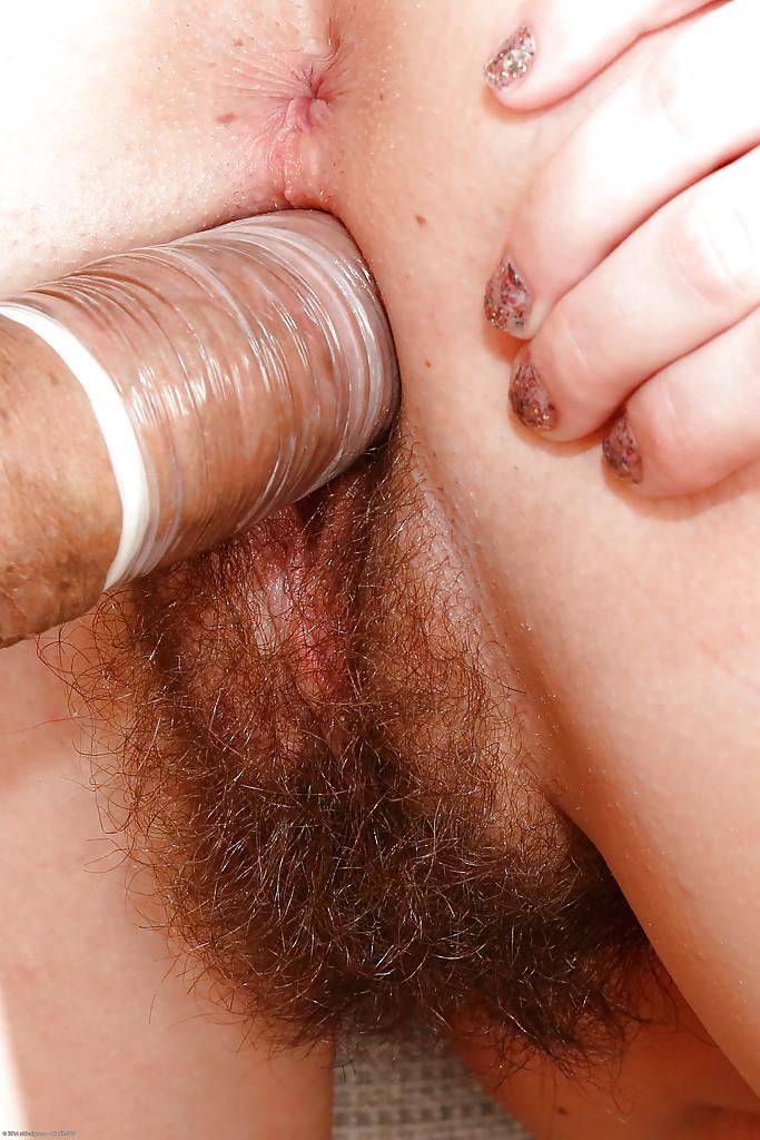 Молодая тёлка с небритой киской дала мужику трахнуть её 14 фото