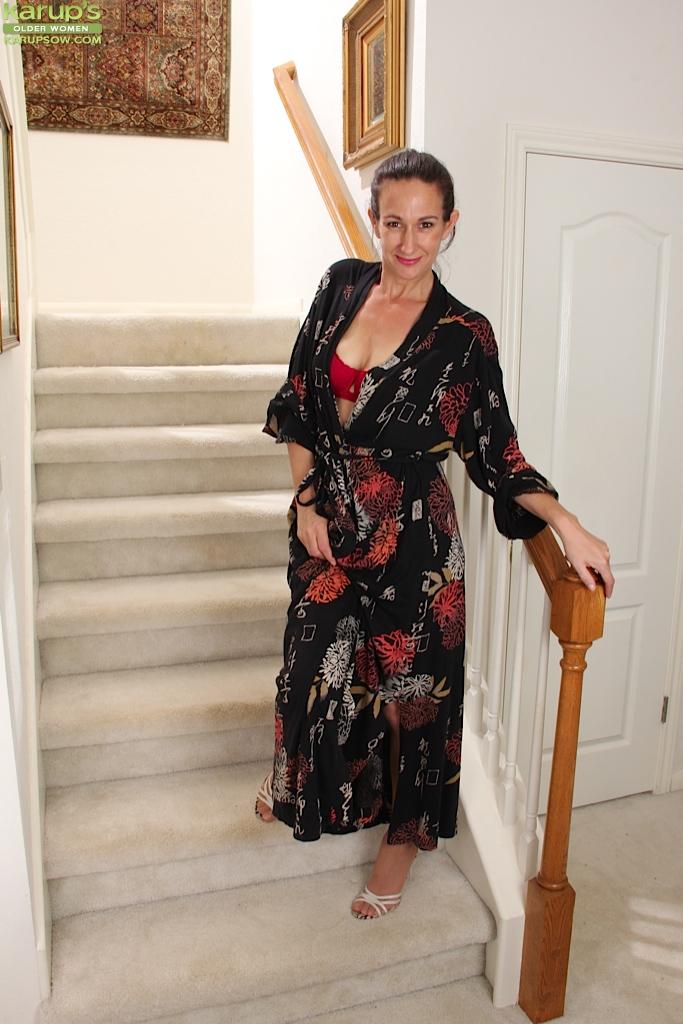 Зрелая мадам позирует и дрочит манду на лестнице 1 фото