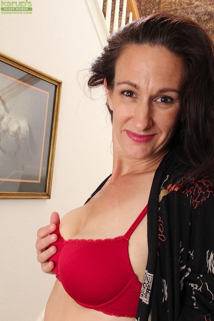 Зрелая мадам позирует и дрочит манду на лестнице 3 фото