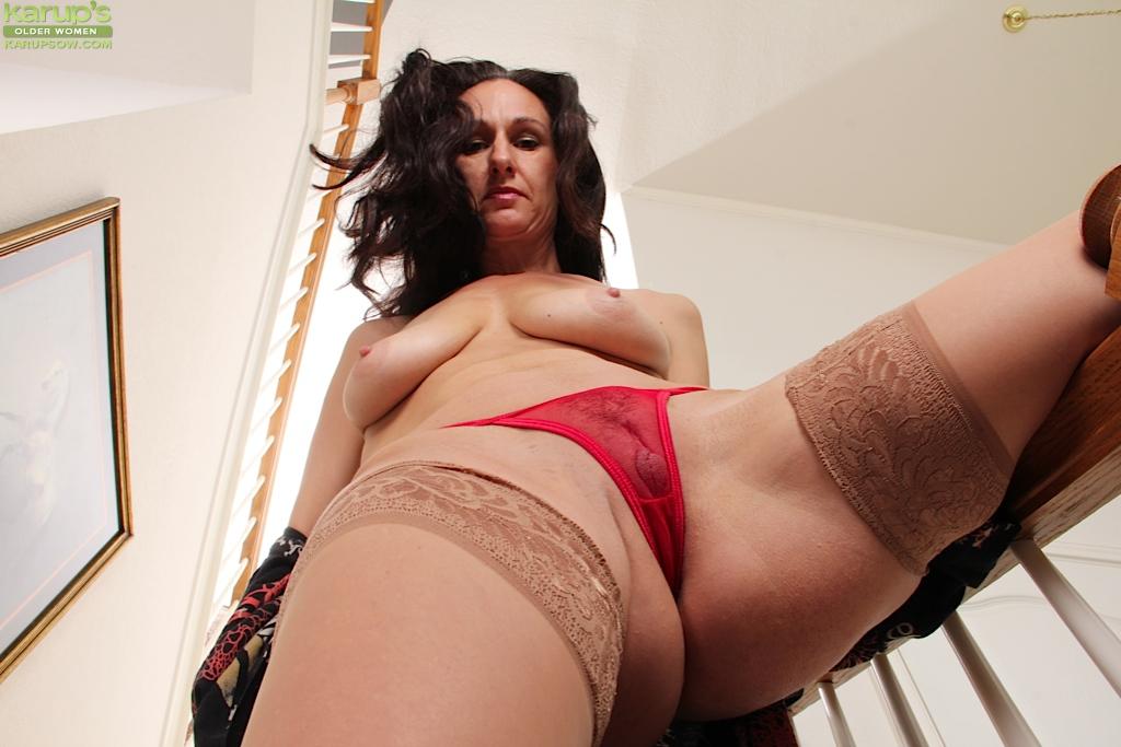 Зрелая мадам позирует и дрочит манду на лестнице 6 фото