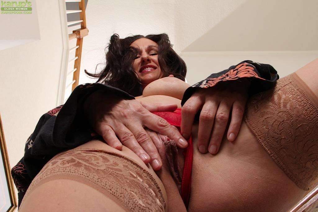 Зрелая мадам позирует и дрочит манду на лестнице 7 фото