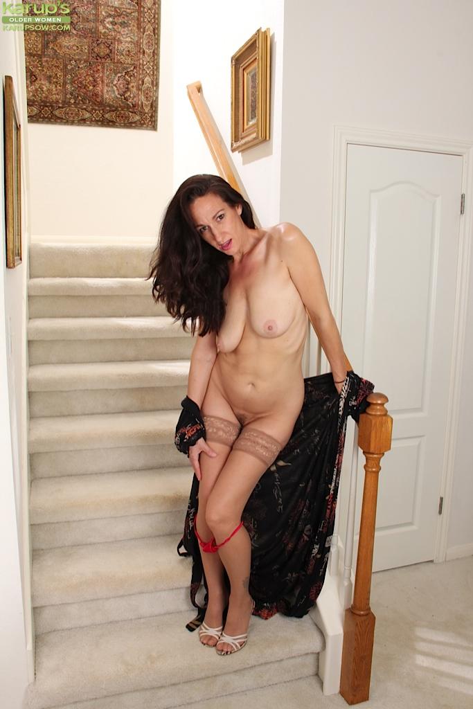 Зрелая мадам позирует и дрочит манду на лестнице 8 фото