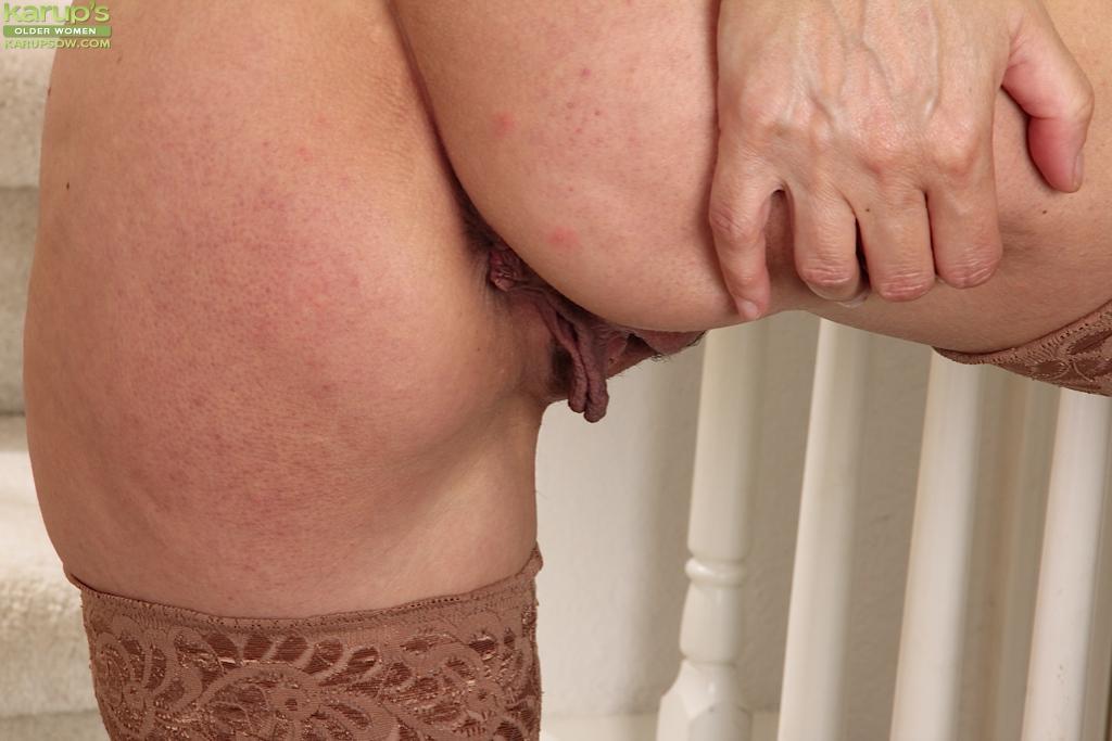 Зрелая мадам позирует и дрочит манду на лестнице 10 фото