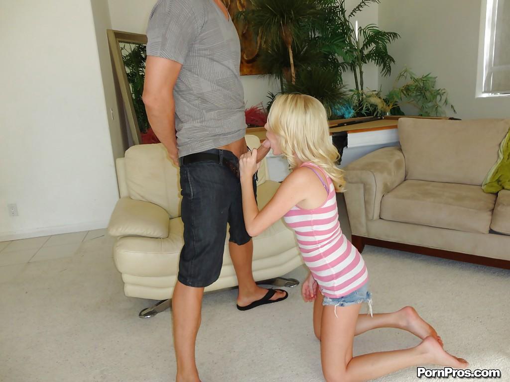 Парень трахает молодую блондинку раком на белом диване 1 фото