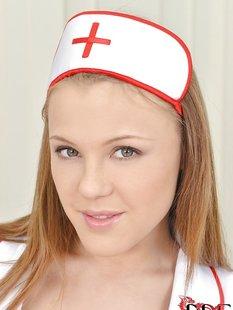 Медсестра сняла халат с красным бельем и светит дойками на койке