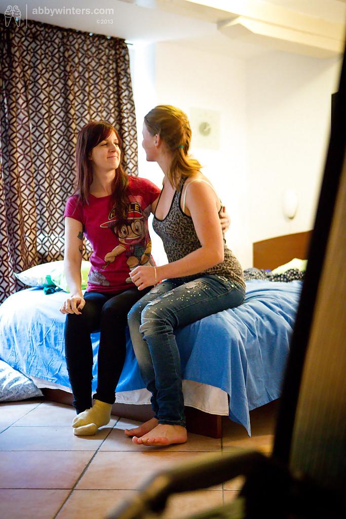 Две 18летние лесби помогают друг дружке одеваться перед скрытой камерой 16 фото