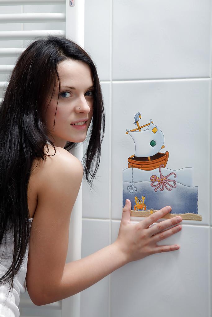 Молоденькая брюнетка позирует в душе без одежды 2 фото