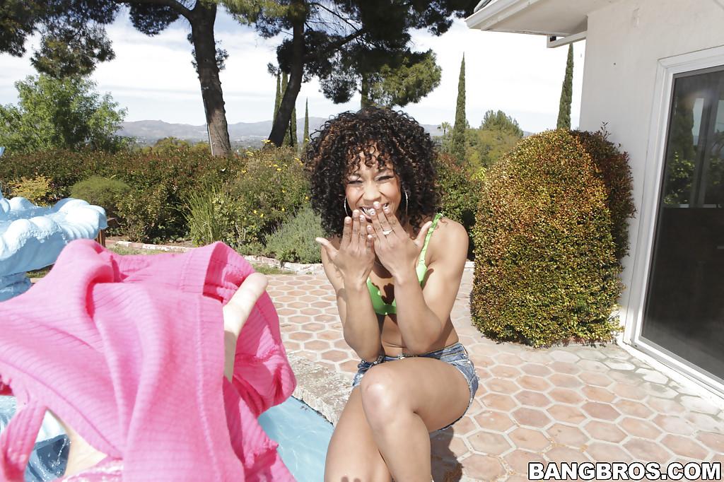 Негритянка показывает плотное тело и аппетитную попку 6 фото