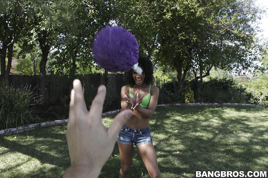 Негритянка показывает плотное тело и аппетитную попку 7 фото