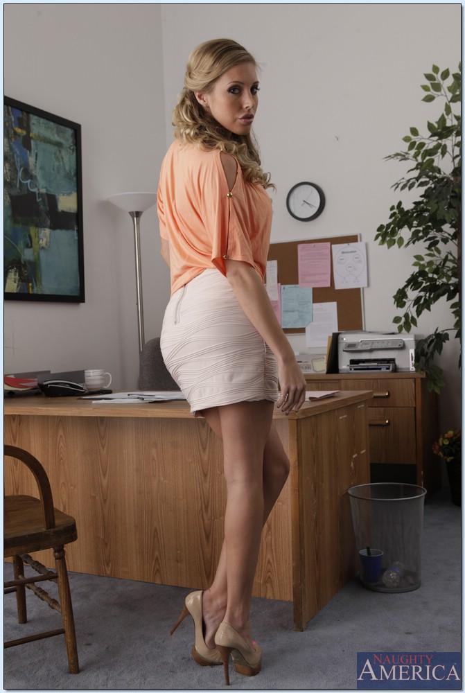 Горячая блондинка в нижнем белье сидит на столе в офисе 1 фото
