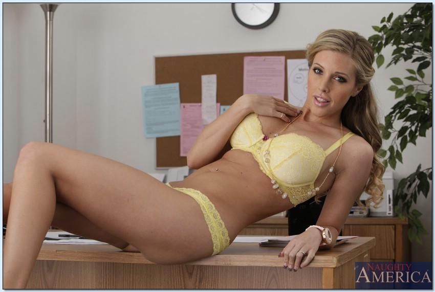 Горячая блондинка в нижнем белье сидит на столе в офисе 5 фото