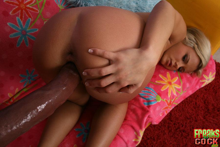 Блондинке заливают мордашку спермой после межрасового траха 8 фото
