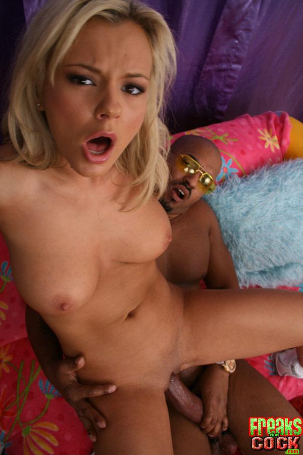 Блондинке заливают мордашку спермой после межрасового траха 10 фото