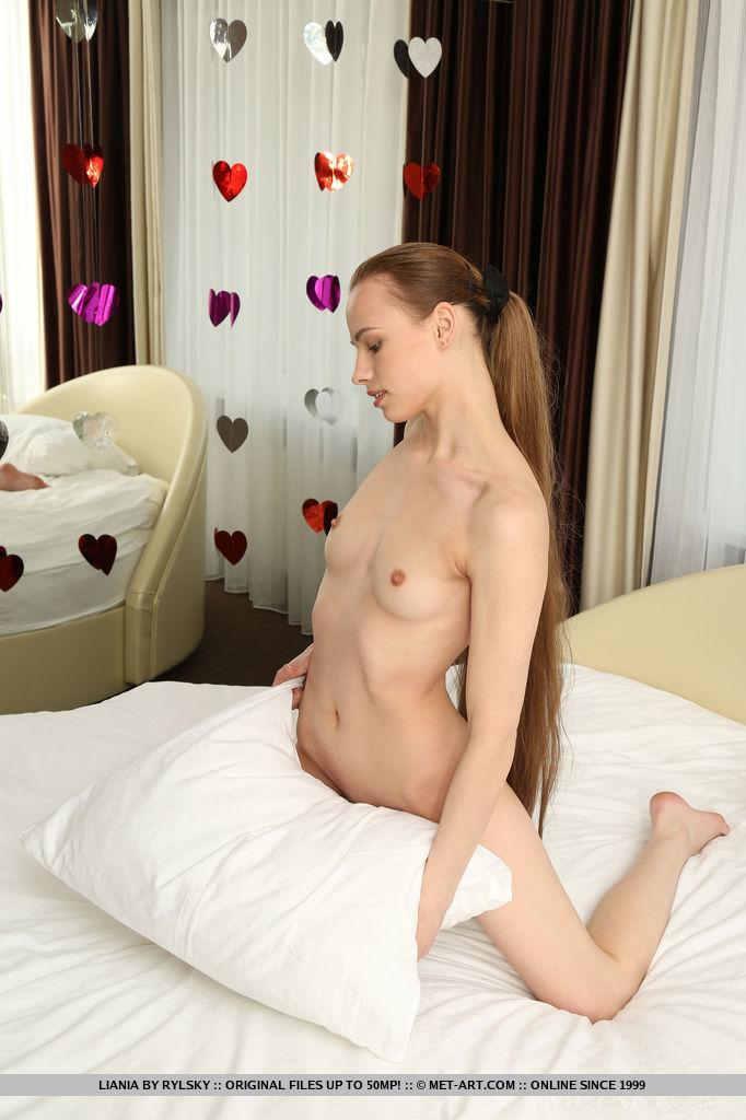 Худая девка показывает сладкие дырки промежности 3 фото