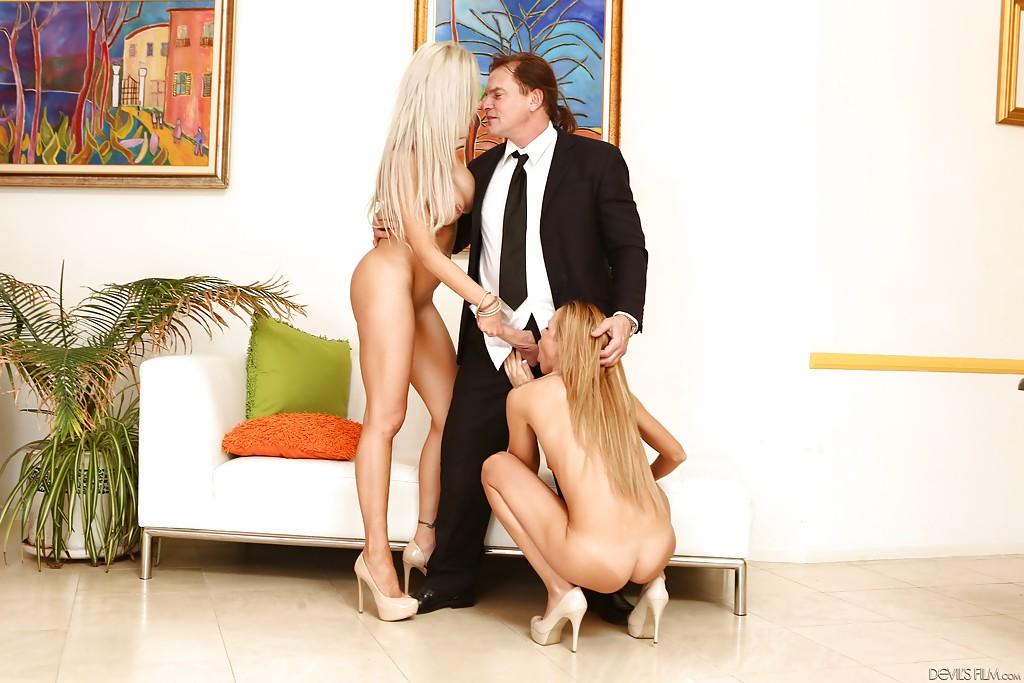 Блондинка с подругой наперебой сосет член мужа 1 фото